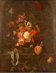 Bloemstilleven in glazen vaas in een nis boven een relief met putti en klassieke krijgers