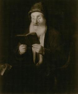 Oude man met muts en knijpbril, een boek lezend