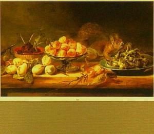 Stilleven met een tazza met perziken, een mand met bramen, peren en een tinnen schotel met hazelnoten op een tafel, daarbij een eekhoorn