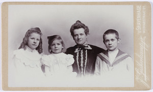 Portret van Helena Lucia Kips (1866-1928) en haar kinderen