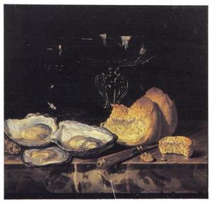 Stilleven met een glazen tazza, brood, oesters en een mes