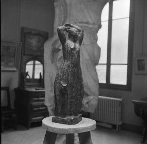 Het atelier van Antoine Bourdelle met het brons van een vrouw ten voeten uit met de armen boven het hoofd geheven