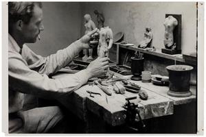 Portret van Frits van Hall aan het werk