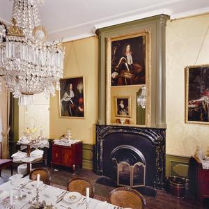 Schoorsteenmantel uit het begin van de 18de eeuw met tegen de boezem een negentiende eeuwse lijst met spiegel en 17de-eeuws mansportret