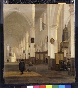 Gotisch kerkinterieur met wandelaars