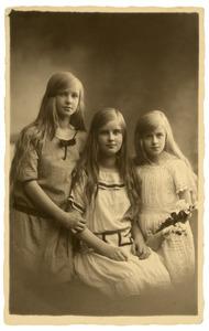 Portret van drie onbekende meisjes