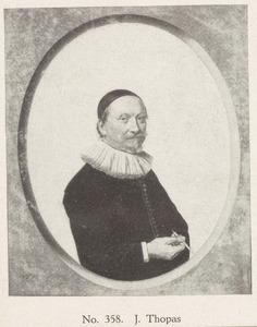 Portret van een man met een pen in de hand