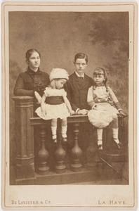 Portret van de (pleeg)kinderen van Carel Jan Emilius graaf van Bylandt (1840-1902) en Sophie Alexandrine van der Staal (1849-1891)