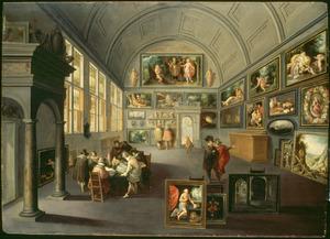 Interieur van een kunstgalerij met kunstliefhebbers
