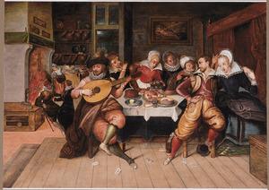 Elegant gezelschap musicerend rond een gedekte tafel in een interieur