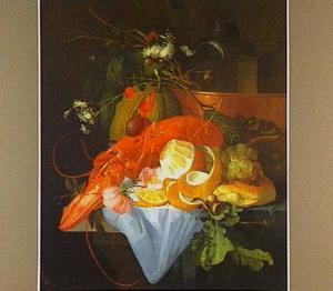 Stilleven met kreeft, geschilde citroen, vruchten en brood, bloemen en eikebladeren op en tafel met licht blauw servet