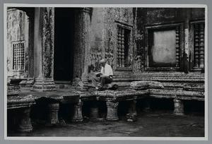 Marius Bauer (1867-1932) schetsend in het tempelcomplex van Angor Wat (Cambodja) op 23 of 24 maart 1931