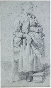 Staande vrouw, leunend tegen een stoel