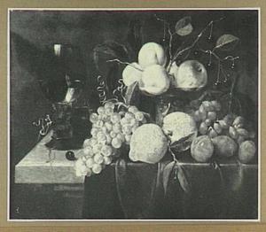 Vruchtenstilleven met links een roemer op een stenen plint