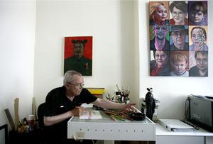 Gerrit van Dijk aan het werk in zijn atelier