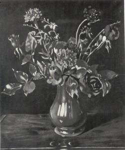 Rode rozen en anjers in een vaas