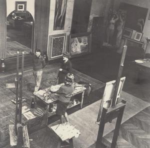 Kees van Dongen in gesprek met Rudolf Engers en Eline Dekkinga in zijn atelier aan de Rue de Courcelles, Parijs