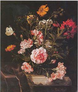 Bloemen in een glazen vaas, met een vlinder, op een deels gedekte tafel