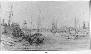 Havengezicht met schepen bij een stad