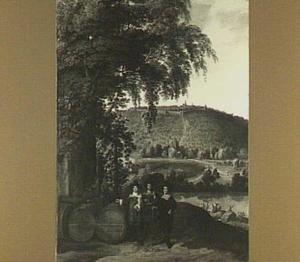 Drie mannen naast een aantal vaten in een heuvellandschap.