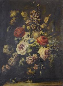Stilleven met rozen, een ranonkel, een anjer en andere bloemen in een stenen urn op een tafel