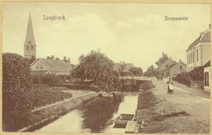 Gezicht op de Langbroekerwetering en de Langbroekerdijk in Nederlangbroek met links de toren van Hervormde Kerk en rechts de pastorie