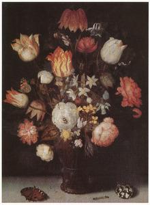 Bloemen in een roemer, dagpauwoog, rups en schelp op een plint