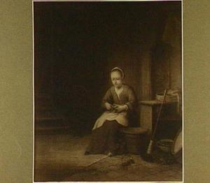 Een schillende vrouw in een keuken