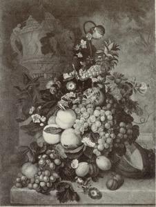 Stilleven van vruchten en bloemen in een terracotta vaas op een marmeren blad voor een piëdestal met daarop een urn, in de achtergrond een parklandschap