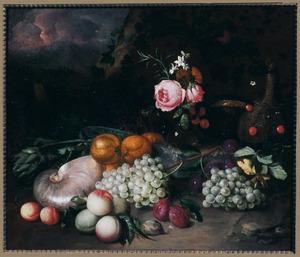 Stilleven van vruchten, bloemen en een nautilusschelp in een landschap