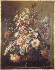Bloemen in een vaas, gedecoreerd met een mannenfiguur