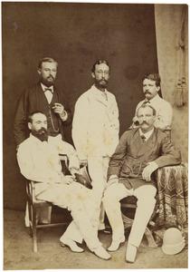 Portret van Dirk Rijnhard Johan van Lijnden (1850-1930) temidden van vier andere in Nederlands-Indië werkzame mannen