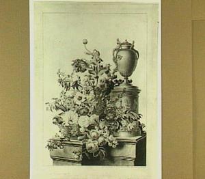 Mand met bloemen naast gedecoreerd voetstuk met een vaas