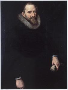 Portret van een man met een plooikraag à la confusion en handschoenen in de linkerhand