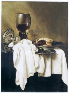 Stilleven met een roemer, een Venetiaans wijnglas, een omgevallen tazza en een pastei op een deels met een wit kleed bedekte tafel