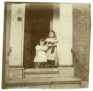 Portret van Alide Bernardine van Houten (1895-?) en Hendrik Hermanus Roelof van Houten (1898-?)