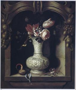 Bloemen in een zilveren vaas in een nis