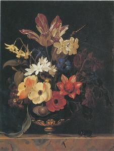 Bloemen in een glazen vaas met bronzen voet, met een neushoornkever, op een marmeren blad