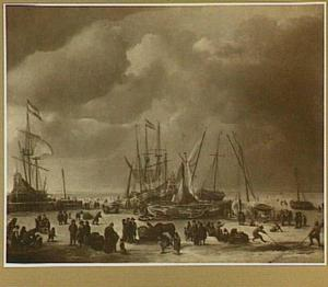 Wintergezicht met ingevroren schepen en figuren op het ijs bij het Oosterdok in Amsterdam