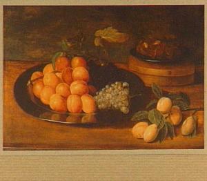 Stilleven van abrikozen, druiven, en bord met kastanjes op ee houten doos