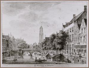 Oudegracht te Utrecht gezien vanaf de Geertebrug naar de Smeebrug; in het verschiet de Domtoren