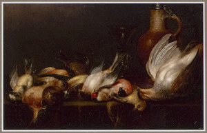 Stilleven van dode vogeltjes op een tafel, met een steengoed kan en een wijnglas