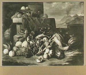 Stilleven van vruchten en groente; rechts een doorkijk naar een bergachtig landschap
