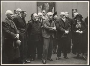 Adriaan van Zeegen (4e v.l.) en F. Schmidt-Degener (3e v.r.)  op de overzichtstentoonstelling van Jan Sluijters