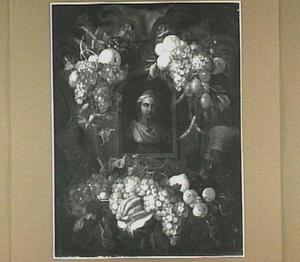 Vruchten gedrapeerd om een stenen vrouwenbuste in een nis
