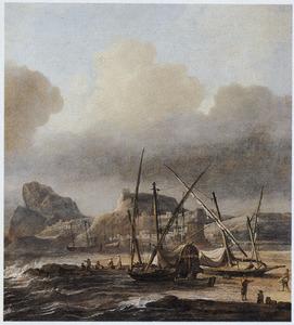 Schepen op het strand bij een rotsachtige kust