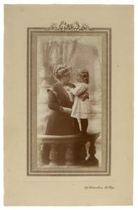 Portret van Jkvr. Elisabeth Lucia Francisca Junius van Hemert (1855-1940) en Elisabeth Lucie de Meyier (1907-1979)