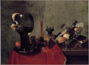 Stilleven met drinkgerei, een zoutvat, krab en vruchten in een porseleinen schaal
