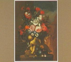 Boeket bloemen in een met putti gebeeldhouwen vaas