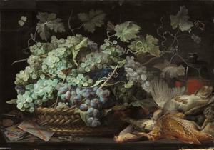 Druiven in een mand, vlinders, motten, dode vogels en speelkaarten op een stenen plint